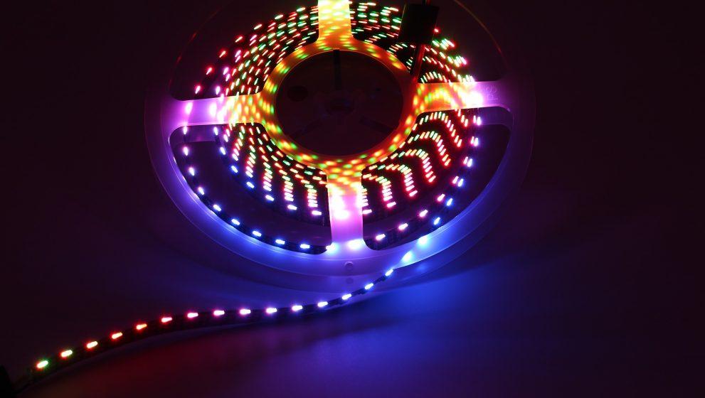 Si lo que quieres es trascender en la decoración, entonces te recomendamos que uses luces de Neón LED